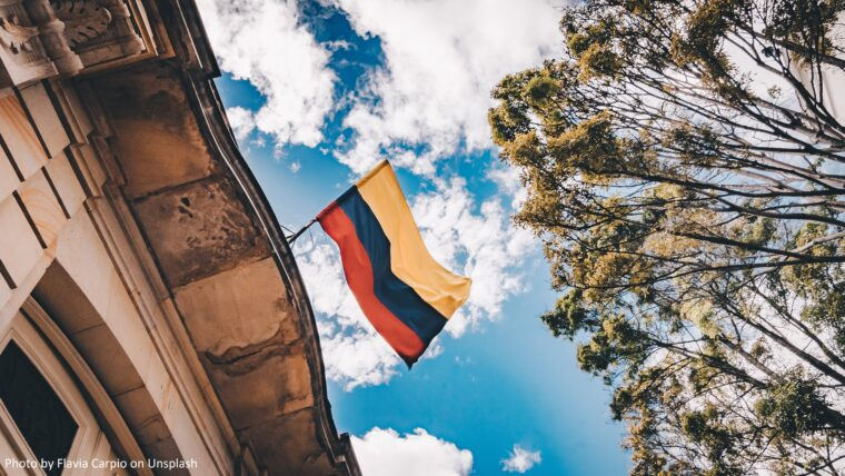 Bild på en colombiansk flagga i Bogotá, Colombia.
