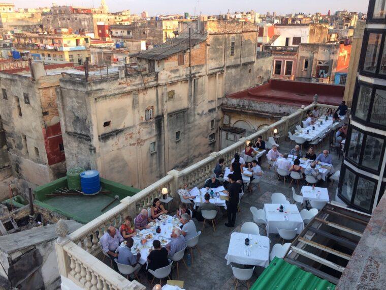 Bild från Havanna som visar en finare takservering i förgrunden och ett bostadsområde i bakgrunden.